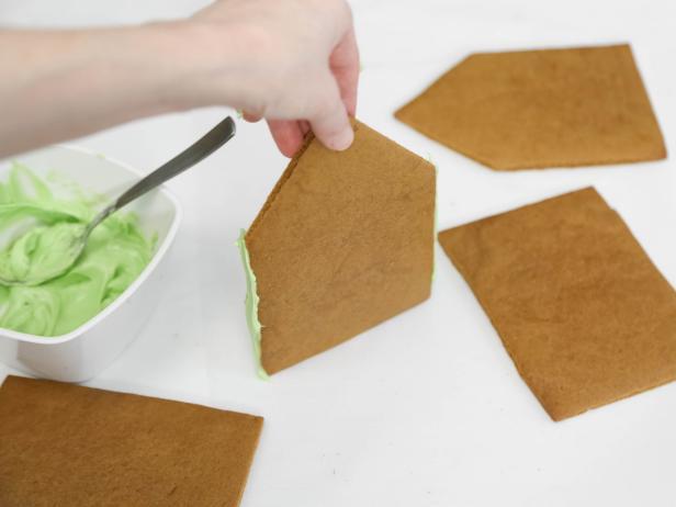Укладываем тесто в заготовки