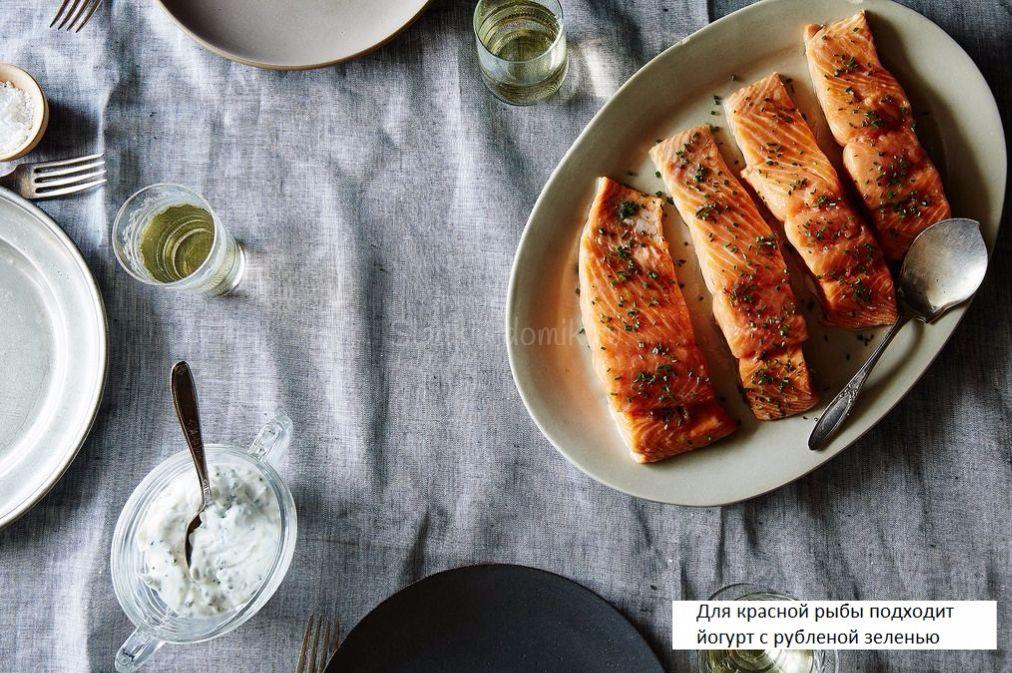 Готовую рыбу выложите на блюдо и с брызните лимонным соком.