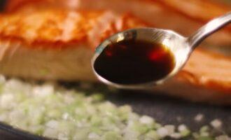 Добавляем ложку соевого соуса