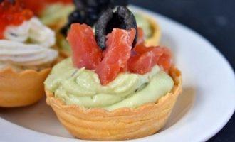Тарталетки с красной рыбой и авокадо