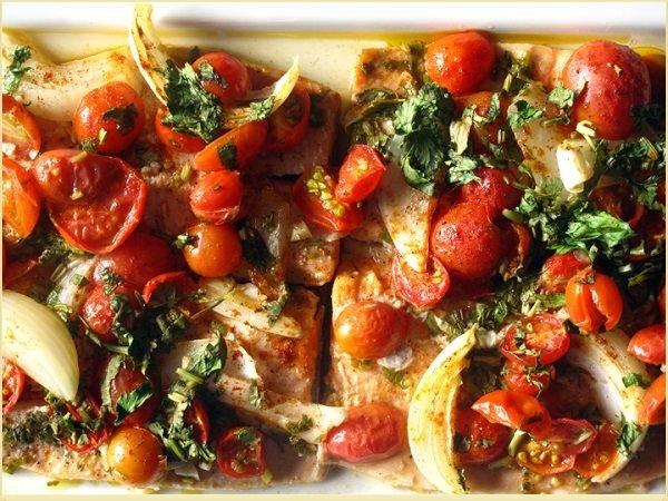 Жареная форель с овощами