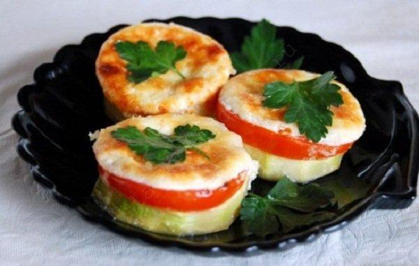 Кабачки с сыром и помидорами дольками