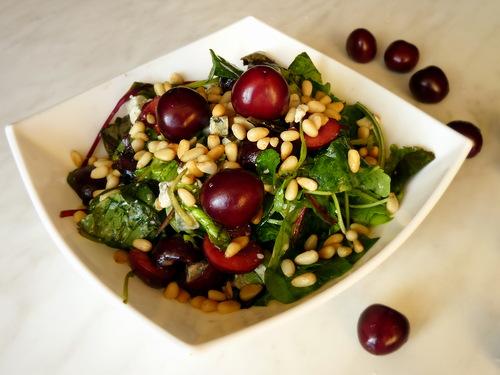 Салат руккола с моцареллой и черешней
