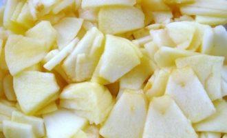 Яблоки нарезаем на кусочки