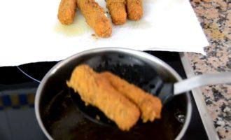 Сырные палочки - достаем из фритюра
