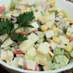 Крабовый салат рецепт классический с кукурузой, огурцом и рисом