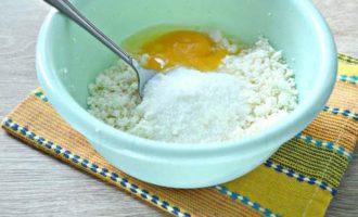 Сырники из творога - добавляем яйцо