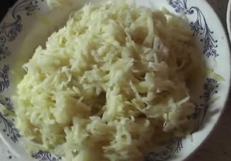 Картофельные драники - смешиваем с крахмалом
