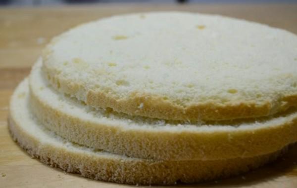 Разрезаем бисквит