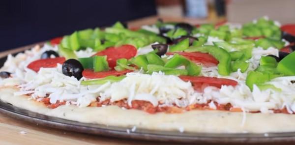 Пицца рецепт - добавляем перец и оливки фото