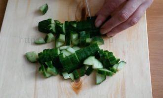 Крабовый салат - режем огурцы