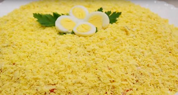 Салат мимоза украшаем яйцами