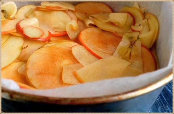 Укладываем яблоки на тесто