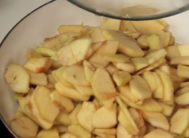 Яблоки тушим на сковороде