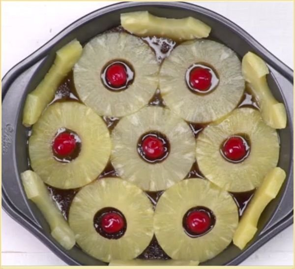 Ананасовый пирог добавляем фрукты