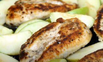Добавляем яблоки в курицу