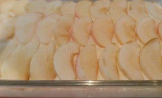 Укладываем яблоки сверху на всю поверхность тесто в несколько слоев