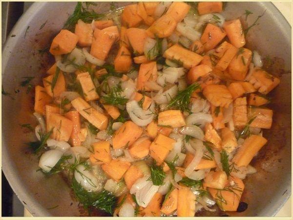 Обжариваем овощи для жаркого из кролика