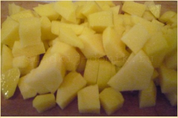 Картофель очищаем