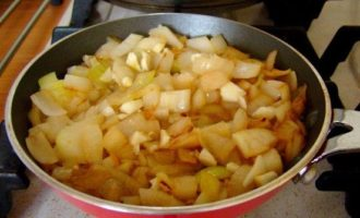 Тыквенный суп пюре - жарим лук
