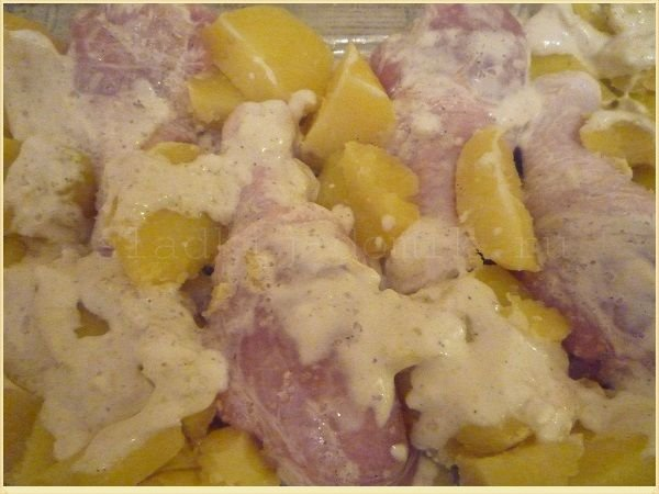 Курицу со сметаной и чесноком отправляем в духовку