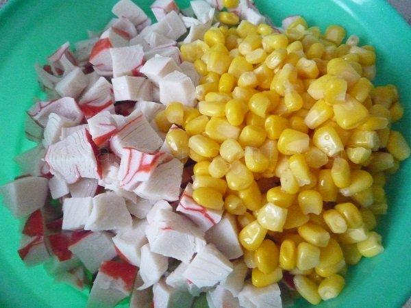 добавляем кукурузу в салат