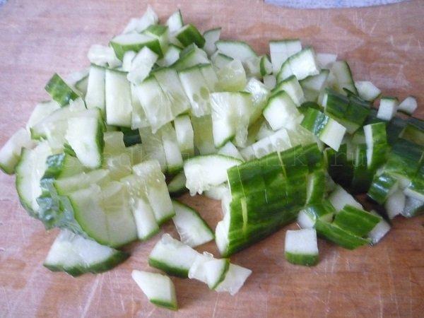Режем огурец - салат из крабовых палочек фото