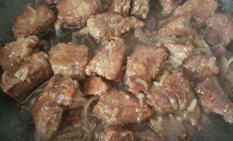 Говяжья печень с луком на сковороде