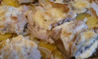 Запеченный хек в духовке с картофелем
