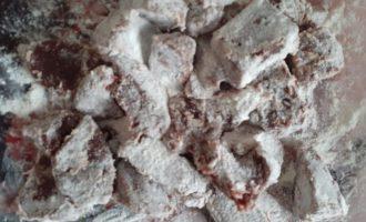 Обвалять печенку в муке