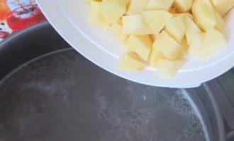 Суп солянка - чистим картофель фото