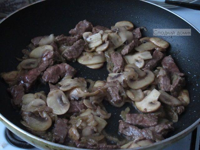 Перец фаршированный - обжариваем грибы и мясо