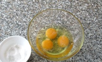 запеканка из яиц в духовке - взбиваем яйца