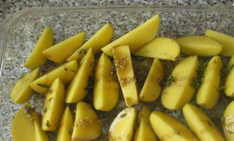 картошка по деревенски в духовке - отправляем в духовку при 180