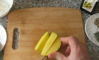 картошка по деревенски в духовке - режем на дольки фото