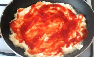 Пицца на сковороде -кетчуп