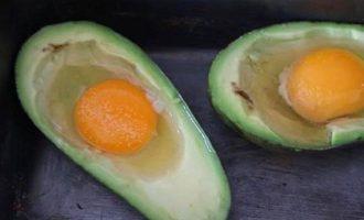Авокадо запеченный с яйцом - добавляем куриное яйцо