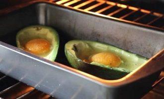 Авокадо запеченный с яйцом - отправляем в духовку