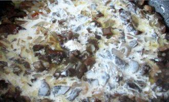Жульен с грибами - добавляем сливки