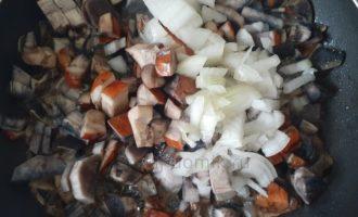 Лесные грибы - добавляем лук