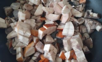 Лесные грибы со сметаной - кладем в сковороду