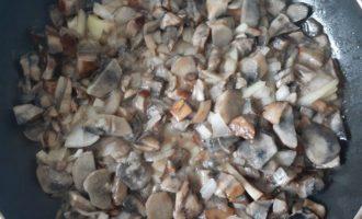 Лесные грибы со сметаной - тушим несколько минут