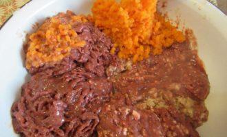 Котлеты из печени свиной - перемешиваем печень с морковью