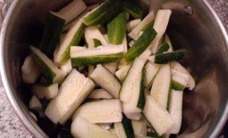 Огурцы с горчицей - режем на дольки