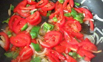 Обжариваем помидоры на сковороде
