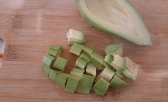 Авокадо накрошить кубиками среднего размера