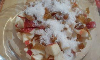 Добавляем к яблокам сахара и начинка готова