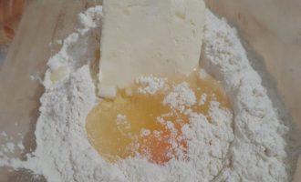Добавляем яйцо и не много сахара и щепотку соли