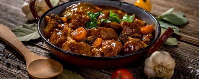 Жареная говядина с луком на сковороде