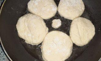 Жарим сырники на сковороде